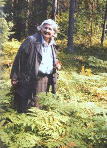 E. Šimkūnaitė atgauto tėvų miško papartyne - Jono Danausko nuotr.