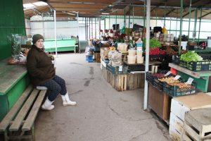 Saugiausia prekybos vieta – turgus. Moterys net dezinfekcinio skysčio prie prekystalių turi, deja, pirkėjų čia kaip niekad mažai