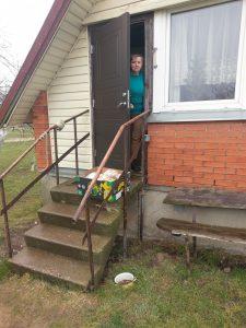 Savanoriai maisto lauknešėlius dėl saugumo palieka už durų
