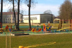 Vaikų žaidimų aikštelės savivaldybėje apjuostos STOP juostomis