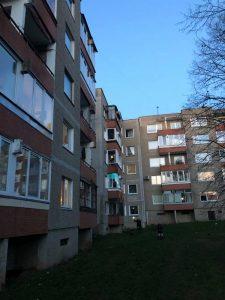 Trakų gatvės 16 ir aplinkinių namų gyventojai medikams ir visiems atsakingose pareigose dirbantiems elektrėniškiams kiekvieną vakarą 19 val. plojimais, muzika, šviesos efektais dėkoja iš savo butų balkonų