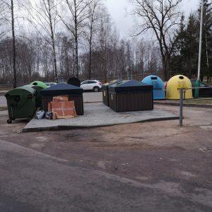 Prie Šviesos g. 10 namo stovi ir seni, ir nauji konteineriai, todėl gyventojai nesupranta kur rūšiuoti