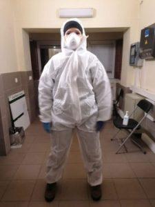 Pasienyje budinčias Visuomenės sveikatos biuro darbuotojas saugiais drabužiais aprengė savivaldybė