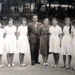 Janina ir Jonas Červokai su mokyklos abiturientėmis apie 1959 m.