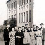 Būrelis Semeliškių mokyklos mokytojų su mokiniais apie 1957 m.