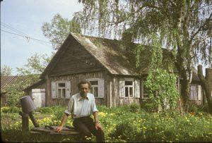 Jonas Červokas savo tėviškėje apie 1984 m.