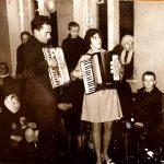 J. Červokas groja mokyklos renginyje su muzikos mokytoja Danute Butkute apie 1970 m.