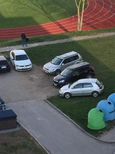 """Automobilių statymo kultūra Saulės gatvėje. Nuotrauka paimta iš """"Facebook"""""""
