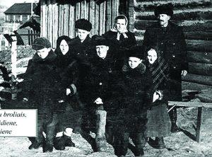 Romas (pirmas iš kairės) su broliais, tėvais ir seneliais: Ona Saidiene, Petru Saidžiu ir Ona Jūriene