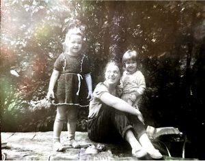 Eglė su dukrele ir sūneliu prie muzikantų bendrabučio Verkių g. 1990 m.