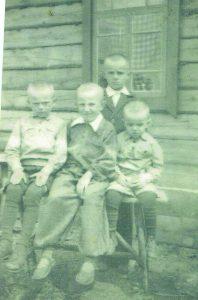 Broliai Saidžiai Sibire. Iš kairės: Romas, Leonas, Viktoras, stovi Stasys