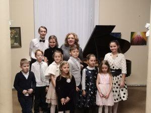 Mokytoja Eglė su mokiniais po koncerto