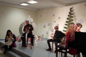"""Baublių šeima koncertuoja Elektrėnų meno mokyklos koncerte """"Atrieda Kalėdos"""""""