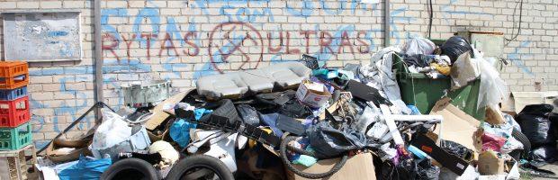 Garažų bendrijai priklausantis konteineris per šiukšles vos matomas
