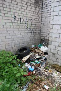 Taip atrodo tarp garažų ir sodų esantis tualetas
