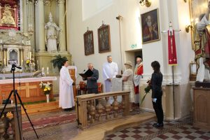 Per Sekminių atlaidus Kazokiškėse kleboną Alfonsą Kelmelį 30 metų kunigystės proga sveikino Kazokiškių ir Vievio parapijų bendruomenės