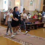 Padėkos atsiimti žengia B. Grybauskienė su jaunosiomis savanorėmis