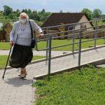 """Tikinčiųjų patogumui prie Kietaviškių bažnyčios buvo įrengtas pandusas. Darbus vykdė įmonė """"Balkesta"""""""