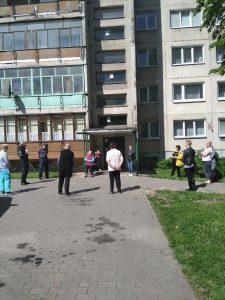 Rungos g. 2 namo gyventojai siūlė B. Grybauskienę išrinkti kaimynų kaimyne ir gausiai susirinko į nominacijos įteikimą