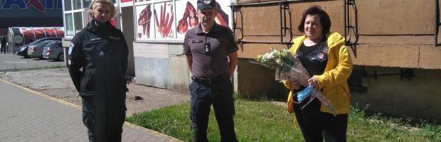 B. Grybauskienę sveikina Policijos bendruomenės pareigūnė  Erika Venskutonienė ir komisaras Almantas Lukša