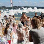 Vaikai renginio metu dūko putų jūroje