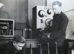 Laborantai Fizikos katedroje: V. Mekas ir jo globėjas E. Jaronis
