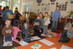 Adelė su vaikais dailės pamokoje