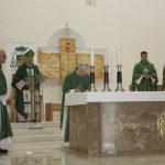 Klebonas, mons. Jonas Sabaliauskas pasirašo istorinį raštą apie naujojo altoriaus pašventinimą