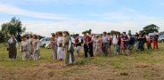 Giedotojų vedami šventės dalyviai keliauja piliakalnio link