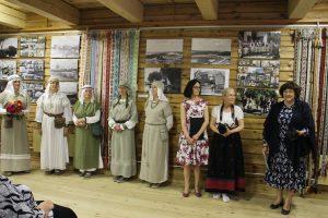 """Iš dešinės: parodos organizatorius sveikina Seimo narė L. Matkevičienė, L. Felčinskaja, J. Chmieliauskienė ir parodoje koncertavusi sutartinių grupė """"Ginėja"""""""