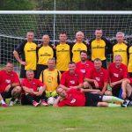 Bendra Kaišiadorių ir Elektrėnų futbolo veteranų nuotrauka prieš varžybų pradžią