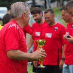 Varžybų organizatorius V.Fedotovas įteikia taurę ir jubiliejinius ženklelius Kaišiadorių futbolo komandai nugalėtojai