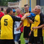 Elektrėnų futbolo veteranų komandos kapitonas V. Fedotovas teikia Elektrėnų miesto 60-mečio atminimo kepuraites geriausiems abiejų komandų žaidėjams: Kazimierui Dranginiui ir elektrėniečiui Kęstučiui Simonavičiui