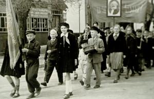 1961 metai Vievyje: Gegužės 1-osios paradą su vėliava veda Jaroslavas Cechanovičius. Penktas iš kairės Tadas Šumskas, šalia su būgneliu Boleslovas Šumskas. Nuotrauka iš Tado Šumsko archyvo