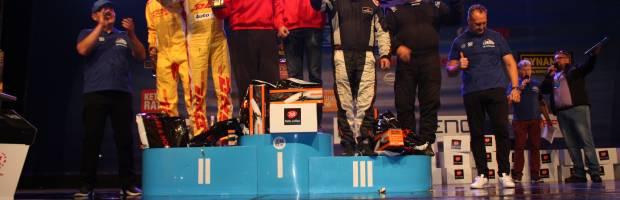 Trečios vietos nugalėtojai Eugenijus Sladkevičius ir Artūras Šabanavičius - dešinėje. Prizininkus sveikina mero pavaduotojas Raimondas Ivaškevičius ir administracijos direktorius Gediminas Ratkevičius