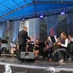 """Groja bigbendas grupė """"EVJ"""", diriguoja E. Vedeckas. Dainuoja Karolina Ivanauskienė"""