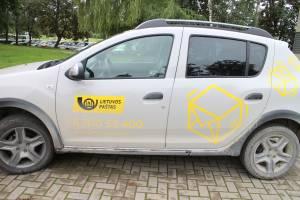 Mobiliojo laiškininko tel. nr. užrašytas ant automobilio – kad kiekvienas žinotų, kur dėl pašto paslaugų kreiptis