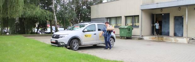 Laiškininkė Rūta kiekvieną rytą pašto automobiliu korespondenciją iš Elektrėnų veža į Semeliškių seniūniją. Ji sako pažįstanti kiekvieną savo klientą ir jokių nesusipratimų teikiant mobiliojo laiškininko paslaugas nesą buvę
