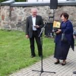 Seniūną jubiliejaus proga sveikina ikimokyklinės grupės auklėtoja Vidutė Nijolė Brazinskienė su vyru Rimučiu