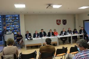Debatuose dalyvavo 10 iš 12 Kaišiadorių-Elektrėnų vienmandatės rinkimų apygardos kandidatų. Debatus vedė vieviškis žurnalistas Tomas Loiba