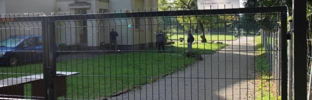 Vaikų skyriaus teritorijoje, tvora užtvertame pastate, saviizoliuojasi lengva forma sergantys ligoniai