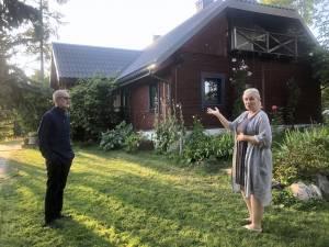 Prie namo su žmona Inga