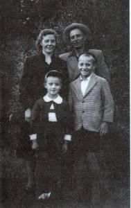 5-metis Rimas Tuminas su tėvais ir vyresniu broliu Vladu. Jie gimę tą patį mėnesį ir tą dieną