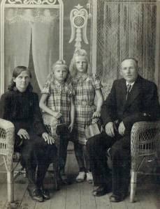 1950 m. su tėvais Ona ir Vincentu Dalgiais, bei sesute Genute