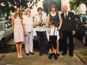Lietuvos didžiojo kunigaikščio Gedimino ordino Riterio kryžiaus įteikimo proga susirinko (iš dešinės) P. Noreika, dukra Vilija su sūneliu Mykolu, vaikaitis Jonas, dukra Eglė ir vaikaitė Karilė 2001 m.