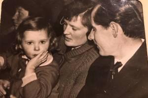 Darata ir Pranas Noreikai su dukrele Vilija Elektrėnų kultūros namuose (apie 1965 m.)