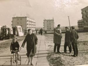 Darata Noreikienė su dukrele Vilija, P. Noreika kalbasi su elektrėniškiais (apie 1964 m.)