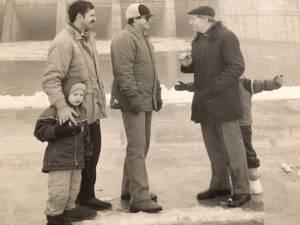 P. Noreika (dešinėje) su vaikaičiu Mykolu (plaikstosi už nugaros) prie Kruonio hidroakumuliacinės elektrinės
