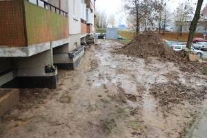 Dėl COVID-19 saviizoliacijoje užsidarius statybininkams,sustabdyta renovacija daugiabučių gyventojams paliko purvą ir kiaurymes pamatuose