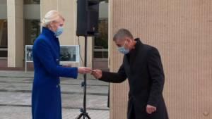 VRK pirmininkė L. Matjošaitytė pažymėjimą įteikia K. Vilkauskui